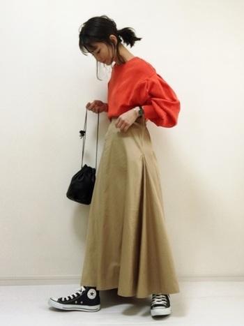 赤トップスを上手に着こなすなら、他のアイテムは落ち着いた色にするのが鉄則です。特にベージュは相性が良い色なのでおすすめ◎ロングスカートを選べば、赤よりも面積が多くなるので着こなしやすいですよ。