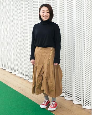カジュアルに合わせやすいチノ生地だから、パンツを穿くような感覚。普段スカートはあまり…という方でも取り入れやすいのがポイントです。ミモレ丈ですが、身長に関係なく自分なりのバランスで着こなせるから不思議。