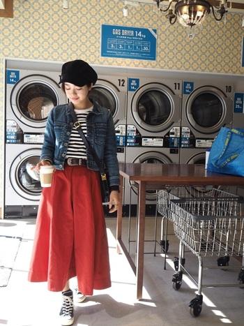 赤のスカートは、元気いっぱいの印象になります。マリンスタイルとも相性が良いですよ。デニムとボーダーで爽やかなコーデです。