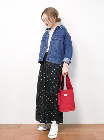 いつも同じようなコーデになると悩んでいるなら、おすすめは赤バッグ!気軽に持てて、おしゃれに見える万能アイテムです。キャンバス地のバッグは、カジュアルコーデにぴったりですね。