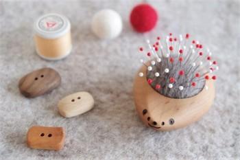 こちらは、ハリネズミの羊毛ピンクッション。針を刺すと、ほんとうにハリネズミになってしまうのが可愛いですね。