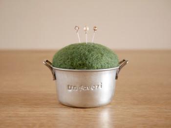 こちらもブリキですが、お鍋のような楽しい形のカップ。羊毛フェルトのピンクッションです。おままごとのようで可愛いですね。