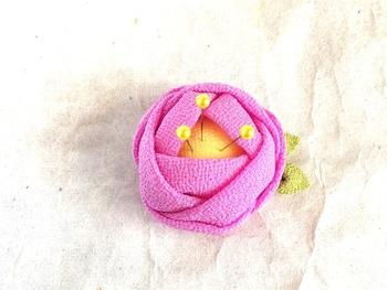 ちりめん生地で作った、つまみ細工の和風ピンクッション。布をつまんで折りたたみ、組み合わせて花などを作ります。和装のかんざしなどで知られる、江戸時代からの技法だとか。
