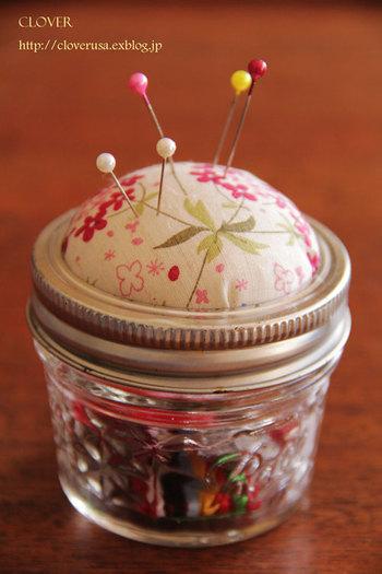 メイソンジャー・保存瓶などを使って、ピンクッションを作るのもおすすめ。ふたを土台にして綿入りの布を取り付け、瓶の中にはソーイングセットを。可愛いですね。