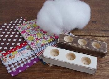 一般的には、布、手芸綿、土台があればOK。布に綿を詰めて、木や陶器などの土台につけます。とても簡単な材料でできますので、すぐに手作りに挑戦できます。