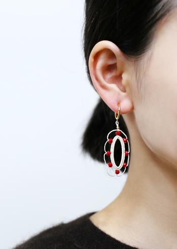 実はこちらのイヤリングは、片耳用にデザインされた物。一つでもしっかりとした存在感があり、アシンメトリーな美しさを楽しめます。シックな装いにも合いますね。