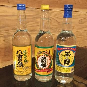 """地ビールもいいけれど沖縄に来たからには、泡盛も楽しみたいと思う方も多いのでは?""""波照間島の幻の酒""""と呼ばれる泡盛「泡波」をはじめ、沖縄の美味しい泡盛など各種揃っています。"""