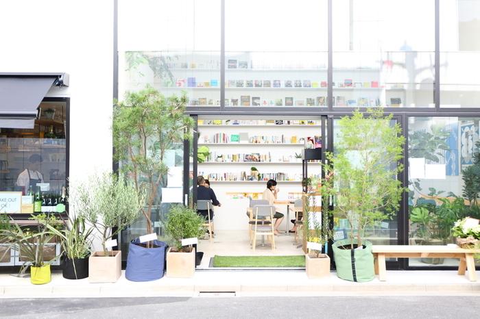 2017.9 日本橋浜町のトルナーレ横にオープンした「Hama House」。3階建て、ガラス張りのオープンな雰囲気の建物が目印。 1階がカフェスペース、2階はキッチンスタジオとオフィス、3階もオフィス、屋上にはルーフテラスが!