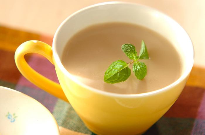 市販のキャラメルや牛乳、メープルシロップなどを鍋にかけて、ゼラチンと合わせて冷やすだけで濃厚なキャラメルプリンが作れます。キャラメルだけだと甘さが足りない場合は、メープルシロップをプラスするとコクも甘みもアップしますよ。
