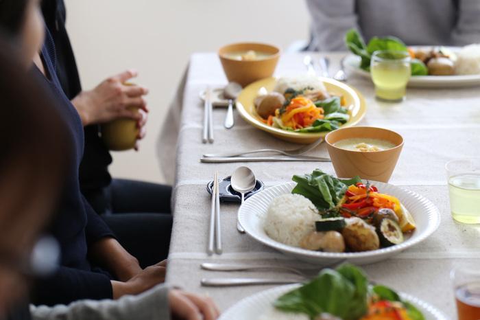 """一見、家での食事で実践するのは難しそうですが、実は、そんなことありません♪お皿に盛りつけるときに、""""ちょっとしたポイント""""を押さえるだけで、見た目にも美しい「ワンプレートごはん」が出来上がります。 お気に入りのお皿を使うようにすれば、本来の魅力がより引き立って、一段と心豊かな食事を楽しめるず。気軽に試してみてくださいね。"""