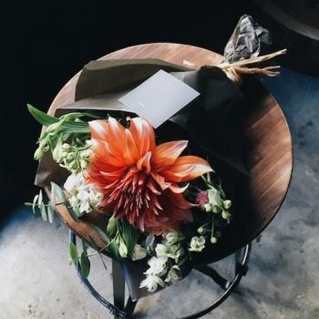 ちょっとした手土産に最適なSサイズは、直径20cm程度の小振りなサイズ。大げさな花束はちょっと恥ずかしい人や、プレゼントのプラスαにいいかも。