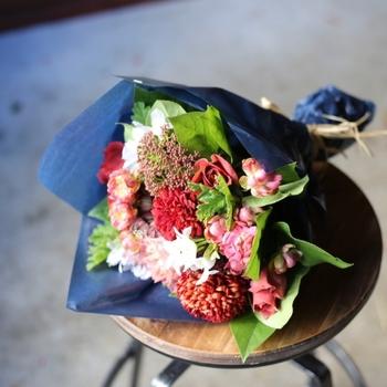 一回り大きいMサイズは直径25cm程度。特別な日に送りたい、季節の花々を集めた花束です。