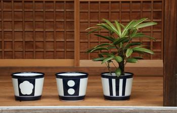 園芸好きの人には、ちょっと変わって雑貨のプレゼントも喜ばれそう。こんな和風モダンな植木鉢なら、古いお家にも新しいお家にもマッチします。