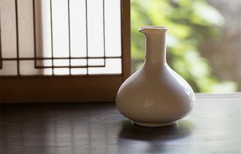 するりとしたフォルムが上品な水差し花瓶。花瓶として使う他、注ぎ口がついているから水差しとしても使えます。