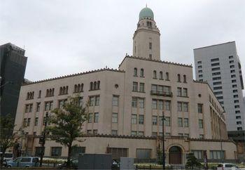 関東大震災により一度は倒壊した横浜税関庁舎でしたが、昭和9年に建てられました。当初は塔の高さが47mの予定でしたが、当時、神奈川県庁の高さが49m、横浜開港記念会館の高さが36mであったことから、さらに4m高い51mになりました。