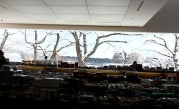 函館の五稜郭にある直営店には「五稜郭店喫茶室」が併設され、ショップでは五稜郭公園の木立がパノラマで見渡せます。GW頃の桜の季節にはここから満開の桜を眺めることも。スイーツを注文するとコーヒーが無料というから嬉しびっくり!定番のお菓子はもちろん、北海道でしか買えないお土産もぜひゲットしてみて!