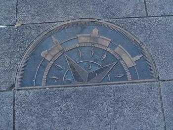 そのひとつは、「県庁分庁舎前」にあります。プレートは石畳に敷き詰められているので、探す際は前から歩いてくる人とぶつからないように!