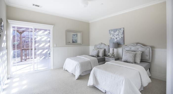 ベッド周りは、人が1人通れるくらいのスペースがあるとベスト。 ベッド周りを整えたり、掃除がしやすくなり、ベッドメイクも美しく見えます。ダブルベッドの場合も、両側にスペースがあるほうが出入りしやすいでしょう。