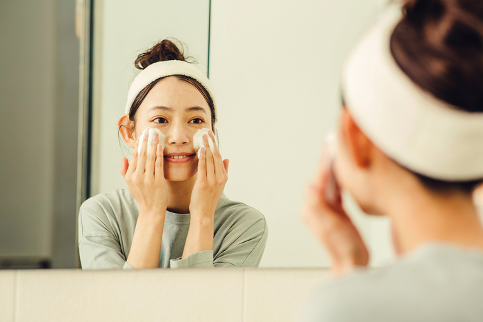 洗顔後、充分に洗い流します。爽やかなレモンとグレープフルーツの香りとともに、なめらかな明るい肌へと導きます。