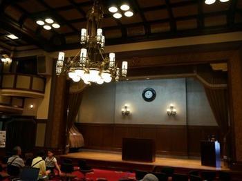 演台や豪華なシャンデリアがある旧議場の大会議室は一般に公開されており、結婚式の場として使用されることもあります。