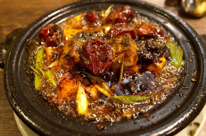 爽やかな香りと、しびれるような感覚。花椒は、中国・四川料理に欠かせないスパイスで、とくに麻婆豆腐や炒め物をはじめ、煮込み、蒸し料理にも使われます。少量使うだけでも、本場・中国の味が楽しめ、人気が高まっているスパイスです。