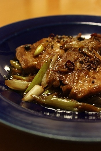 豚かたまり肉を圧力鍋で柔らかくし、花椒や豆鼓、唐辛子、生姜、ニンニクなどとともに炒めます。柔らかお肉に、四川の味がなじんで、食欲をそそります。