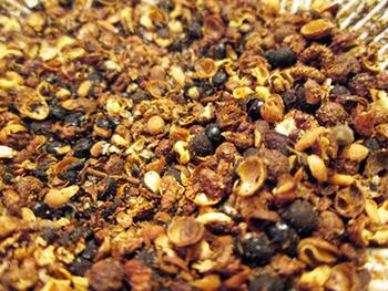 ホールの花椒を使った、自家製の「花椒塩」もおすすめ。花椒をホールのまま炒ってすりつぶし、塩と合わせます。中華の香り塩として重宝します。中国では、唐揚げに花椒塩をつけて食べるのだとか。
