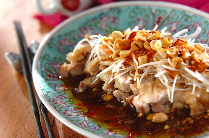 よだれが出るほどおいしいといわれる四川料理、よだれ鶏(水口鶏)。豆板醤や唐辛子、ラー油、ニンニク、ごま油などが入ったソースが特徴ですが、とくに花椒が入ると本格的な味わいになります。