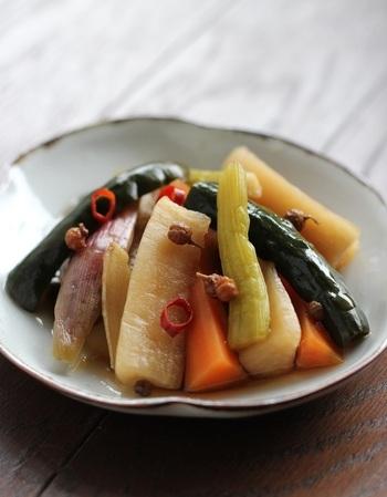 花椒(ホール)や八角などの中国スパイスや紹興酒などを使った、珍しいピクルス。さっと湯に通した野菜の水気をしっかりと取り、漬けダレとともに保存容器に入れ、冷蔵庫で一晩以上漬け込みます。醤油は、薄口を使うと、色がきれいです。