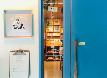 """三重県にある「水玉レコード」は、お菓子のテイクアウトと雑貨のお店。""""油っこくないドーナツ""""にこだわり、遺伝子組み換えをしていない菜種油を使用しています。"""