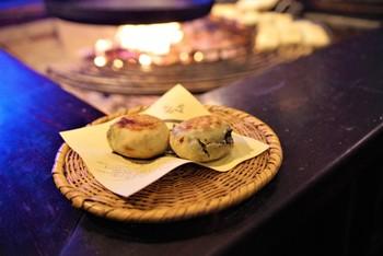 信州と言えば、おやき。サービスエリア内にはおやきの専門店も入っていますのでぜひ買って帰ってくださいね。一番人気の野沢菜おやきや、季節限定おやきなどがありますよ。