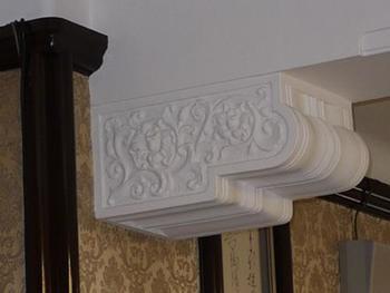 柱や天井の至るところに、繊細で美しい装飾が施されている点も見どころです。