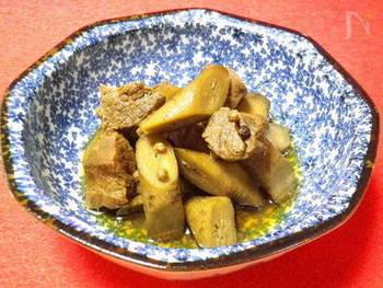 ごぼうとシチュー用の牛肉を圧力鍋にかけます。短時間で、食物繊維豊富なかたい食材もふんわり柔らかに。煮込みなので、花椒や粒胡椒はホールのまま使いましょう。