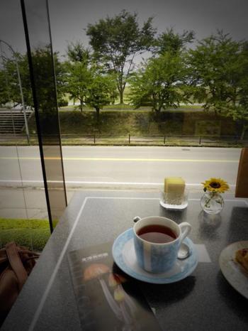 美術館にはカフェも併設されています。鑑賞にちょっと疲れたら、コーヒーをゆっくりいただいて、一休みしてはいかがでしょう。カフェからは美しい諏訪湖を一望できます。