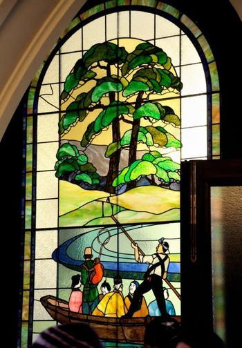 ステンドグラスのデザインには珍しい、日本の風景のものもあります。まるで物語の一節のような、趣のある絵柄です。