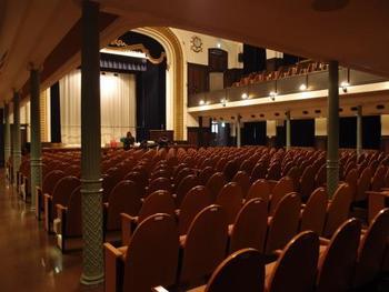 こちらは講堂で、補助席を入れると481席にもなります。現在は有料で利用することができます。