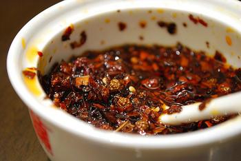 また、ホールの花椒を油に漬けた「花椒油」も中国料理でよく使われます。料理にかけたり、たれに混ぜたり、使い方いろいろ。作り方は簡単。花椒(ホール)5gを植物油200mlとともに弱火で10分程度火にかけて香りを移し、濾して保存します。