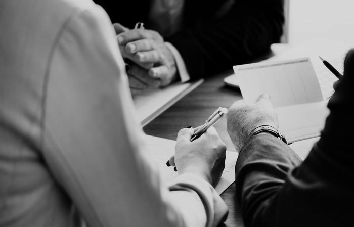 仕事において、結果的には同じでも中間報告の仕方に差があるのかもしれません。あるいはよく見てみると、後輩の面倒をよく見ていたり、顧客に対しての対応に差があるのかもしれません。