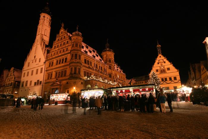 冬になると、マルクト広場ではクリスマスマーケットが開催され、大勢の人々で賑わいます。