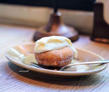 北海道産の小麦粉、沖縄のさとうきびや塩、ごま油など、こだわり抜いた材料で作るドーナツは、サクッともちもち。「ドーナツ&カスタードクリーム」は、ほどよい甘さでバニラの香りも楽しめます。