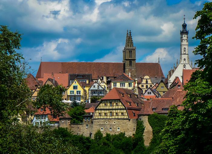 17世紀に勃発した三十年戦争の後、街が衰退したため、ローテンブルクは近代化から取り残されました。それゆえに旧市街は創建当時の中世の面影を色濃く残しており、その美しさは「中世の宝石」と称されるほどです。