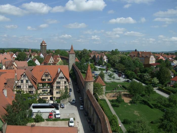 ローテンブルク旧市街を取り囲む市壁の歴史は古く、もともとは13世紀に創られました。残念ながら第二次世界大戦によって大部分を破壊されましたが、見事に再現され、中世に築かれた当時の姿を見せてくれます。