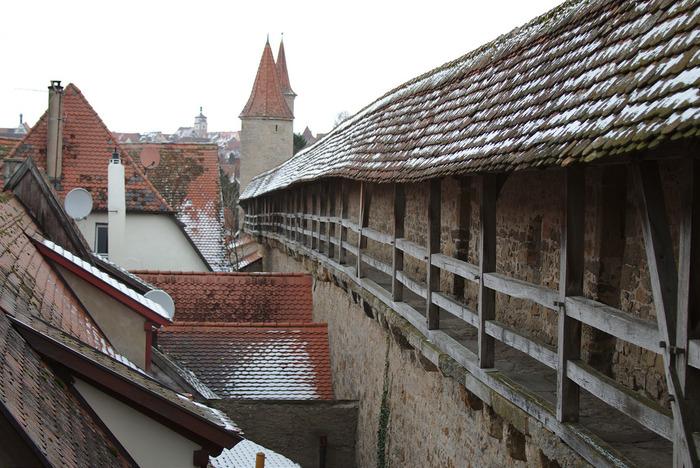 ローテンブルク市壁は、登って歩くことができます。街中の路地を歩くときとは異なる風景を眺めながら、市壁散策を楽しんでみるのもおすすめです。