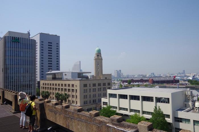 横浜の街には都会的な一面とは異なる歴史的建造物が多数残されており、どちらも楽しむことができます。時には歴史に浸り、古き良き建造物巡りを楽しみながら、横浜ならではのお土産を買えば、きっと素晴らしい思い出になることでしょう。