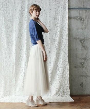 こちらは、やわらかなシルエットのプリーツスカートをメインに、春らしいブルーのトップスを組み合わせたコーデ。ホワイトは清楚だけではなく、素材を変える事でフェミニンな印象も叶えます。足元に高さのある靴を合わせて、より女性らしさを添えるのもいいですね。