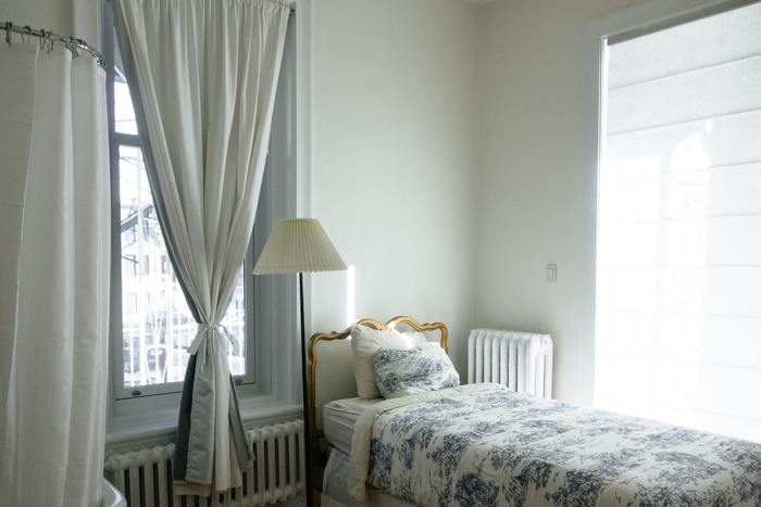 どうしても窓から距離を取れない場合は、オイルヒーターを設置したり、肩を冷やさないようブランケットやタオルケットなど準備しておくと良いでしょう。 窓の前に設置する場合はベッドボードの高いタイプを選べば、冷気を防ぎやすくなりますよ。