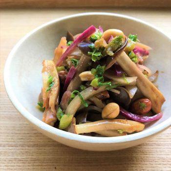 『坂ノ途中』公式サイトのブログやインスタグラムでは、スタッフ方が考案した『坂ノ途中』の野菜を使ったレシピも紹介されています。こちらはなんと大根の皮を使ったきんぴら。カラフルな大根を使うときんぴらも華やかです。
