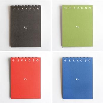 優しい色合いのスケッチブックは、大正6年創業の歴史を持つ「月光荘画材店」で生まれました。一見、シンプルなスケッチブックに見えますが、至るところにアイデアが凝縮されています。