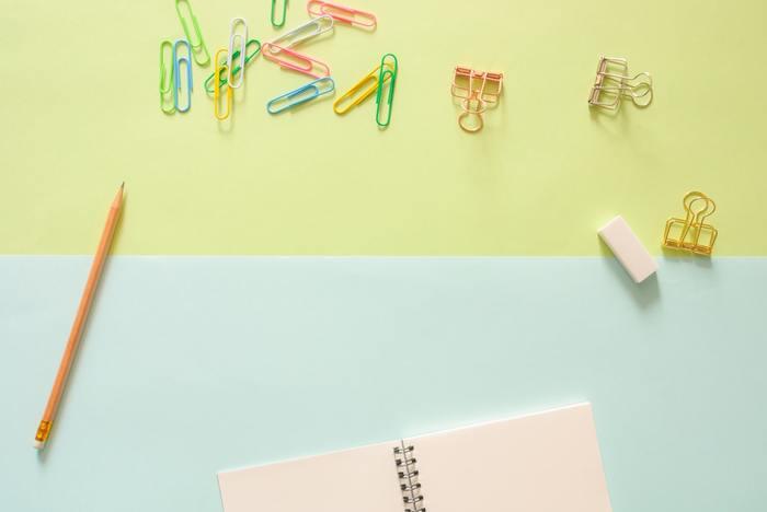 メモ帳にペンで書き込みをしたり、書類をクリップで留めたり…文房具は私たちの生活において身近なアイテムです。最近は、おしゃれでかわいい、そばに置いておくだけで幸せな気分になれるようなデザインのものも多く見かけます。自分用としてはもちろん、文房具好きな人や大切な人へのプレゼントに、ほっこりするような文房具を選んでみませんか?