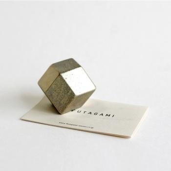 銅器生産95%のシェアを誇る富山県高岡市で生まれた生活用品ブランド「FUTAGAMI(フタガミ)」の真鍮のペーパーウェイトです。銅と亜鉛による合金製で、月日ごとに酸化による色合いを楽しむことができます。